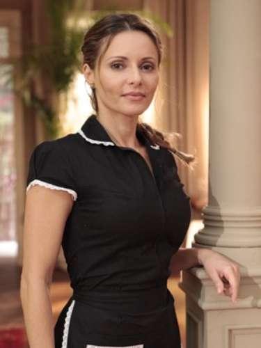Doralice (Rita Guedes) é uma mulher simples. Usa uniforme devido ao seu emprego: misto de cozinheira, copeira e governanta