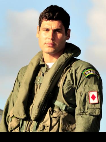 Amadeu (Dudu Azevedo)  É filho, neto e bisneto de pilotos da Aeronáutica. Sua paixão em voar está no sangue. Amadeu se sente honrado de vestir a farda e pertencer ao pelotão