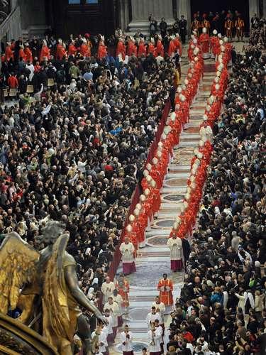 12 de março -Os 115 cardeais com direito a voto (com menos de 80 anos) no Conclave ficarão reclusos de interferência externa na Capela Sistina para iniciar a eleição ainda nesta terça