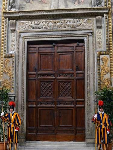 12 de março - Membros da Guarda Suíça guardam a Capela Sistina, onde os cardeais estão reunidos para a escolha do novo papa