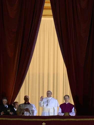 13 de março - O papa Francisco aparece no balcão central da Basílica de São Pedro pela primeira vez como Sumo Pontífice