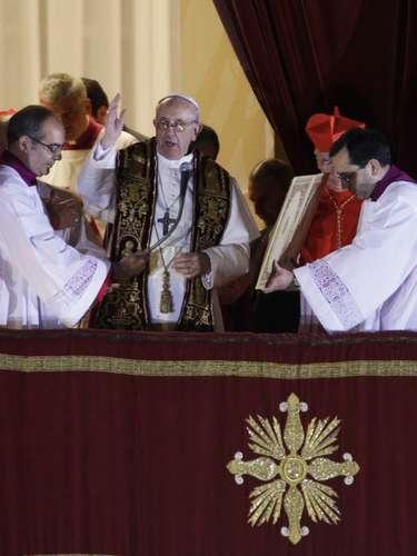 13 de março - O papa Francisco, em sua primeira aparição no Vaticano, acena para a multidão que aguardava para conhecer o novo Sumo Pontífice