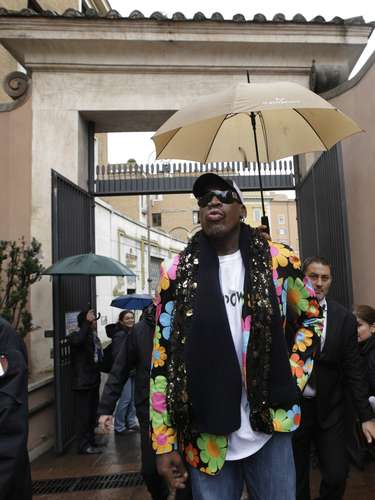 13 de março -O astro da NBA Dennis Rodman caminha por uma rua próxima à Praça São Pedro, no Vaticano, para onde viajou para apoiar a escolha de um papa negro. Ele afirmou que pretende se encontrar com o novo líder da Igreja Católica