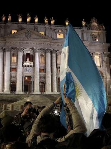13 de março - Argentinos reunidos na Praça São Pedro celebram a escolha do cardeal Jorge Mario Bergoglio como novo papa