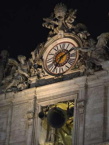 13 de março - Sino na Basílica de São Pedro toca indicando que um novo papa foi escolhido. Fiéis aguardam o anúncio de quem foi o cardeal escolhido