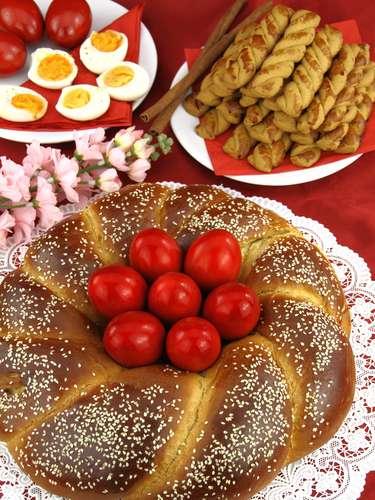 Na Bulgária, após a missa da Quinta-feira Santa, são feitos pães pascais, chamados de kolache ou kozunak, que são abençoados