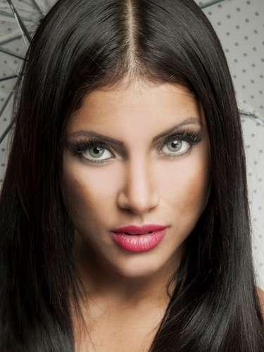 Ex-bailarina do 'Domingão do Faustão', Kamilla Covas posou para as lentes do fotógrafo Mauri Granado na pele da personagem Mortícia, da Família Addams. As imagens estarão presentes no livro que ele está produzindo, com previsão de lançamento para o final de 2013