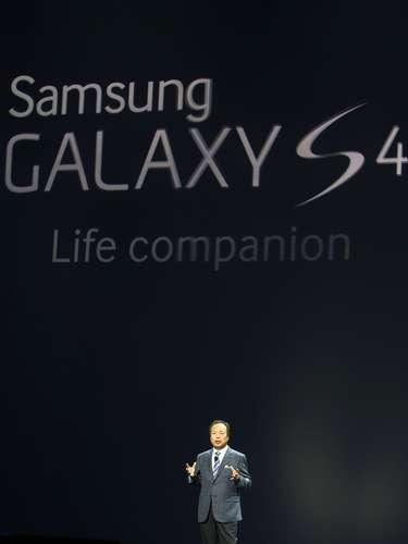 O chefe da divisão de aparelhos móveis da Samsung, J. K. Shin, mostra o novo smartphone da companhia, o Galaxy S4