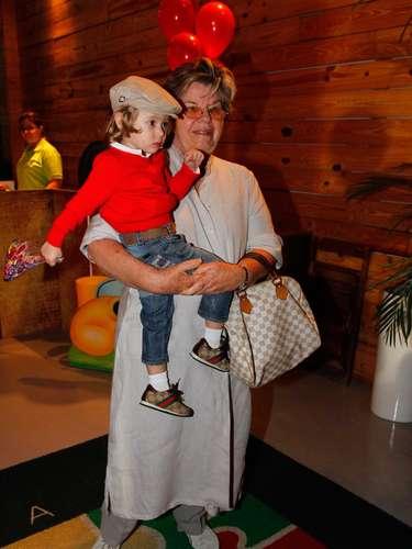 Dona Emma, mãe de Adriane Galisteu, com o neto Vittorio