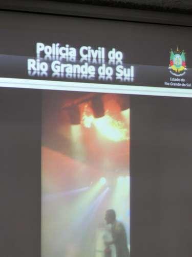 22 de março - Delegados reproduziram vídeos da tragédia para mostrar a dificuldade em sair da casa noturna e a rapidez com que a fumaça tomou conta do espaço