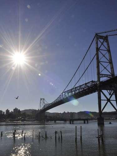 22 de marçoMovimentação na beira-mar do Estreito, na manhã desta sexta-feira, em Florianópolis. O dia amanheceu com céu aberto, e temperatura de 23ºC
