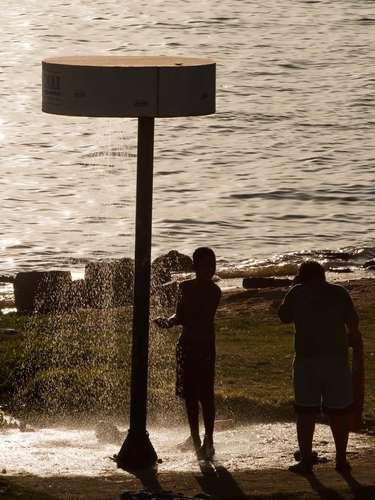 23 de março Jovem se refresca na orla do Guaíba, em dia de calor de até 27ºC, em Porto Alegre