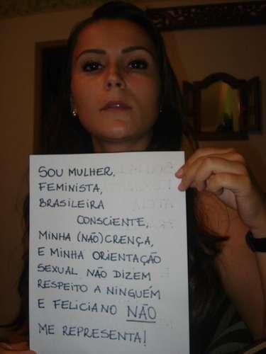 Mulher protesta contra a presença de Feliciano na Comissão de Direitos Humanos e Minorias da Câmara