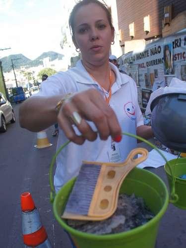 26 de março - Servidores do Centro de Referência em Saúde do Trabalhador (Cerest) de Santa Maria retiraram da boate cerca de um quilo de poeira e fuligem do interior da boate Kiss.  O material será analisado para que se descubra quais os produtos tóxicos que há nesses resíduos