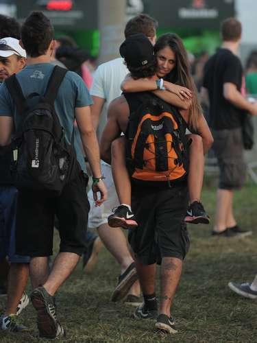 Caio Castro foi fotografado carregando uma garota no colo ao caminhar pelo Lollapalooza, neste domingo (31), último dia de festival