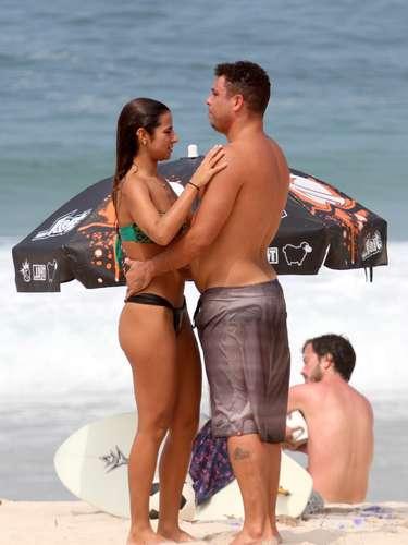 Abril 2013 -O ex-jogador e agora comentarista da TV Globo Ronaldo aproveitou a manhã de sol no Rio de Janeiro para ir à praia do Leblon com a namorada, a DJ Paula Morais. Em clima de romance, a morena cuidou que o amado não ficasse sem protetor solar. Após jogar um pouco de bola com a namorada, o ex-jogador entrou no mar, onde os dois continuaram brincando e trocando carinhos