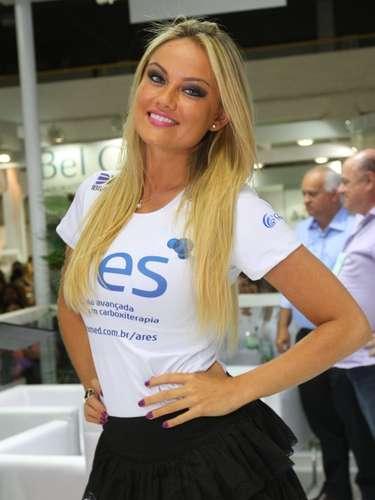 A modelo Ellen Rocche compareceu neste sábado ao primeiro dia da Hair Brasil