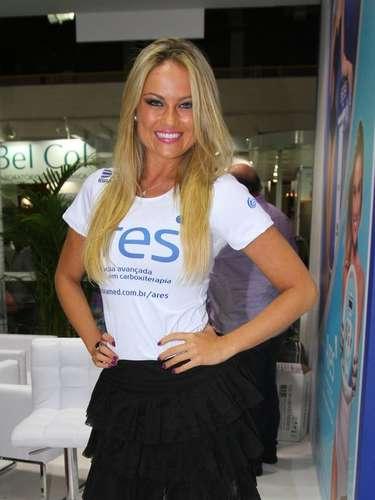 Para a feira internacional de beleza, que acontece no Expo Center Norte, Ellen escolheu sainha curta de pregas e baby look