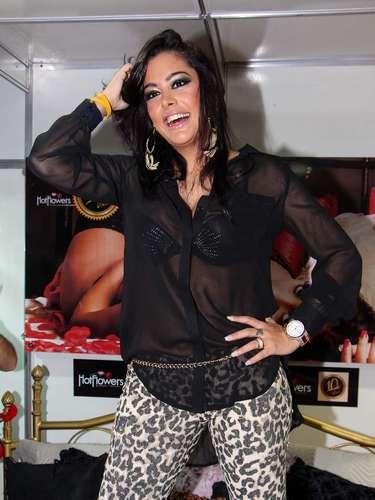 Larissa Riquelme visitou a Erótika Fair na noite deste sábado (06), em São Paulo