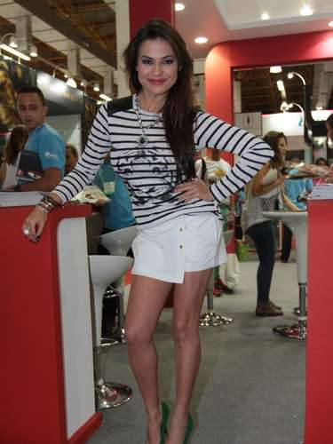 A atriz Laryssa Dias, que faz a novela Salve Jorge, marcou presença na feira na noite de sábado