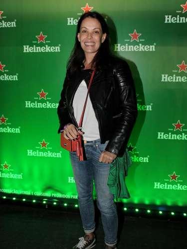 Carolina Ferraz, 45, usa peças bem jovens para montar look para show de rock. O evento permitiu visual despojado, mas em outras ocasiões ela poderia optar por uma peça moderninha e as demais, clássicas