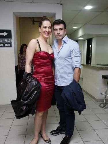 Claudia Raia, 46, ao lado do namorado Jarbas Homem de Mello, se 'espreme' em vestido vermelho de seda