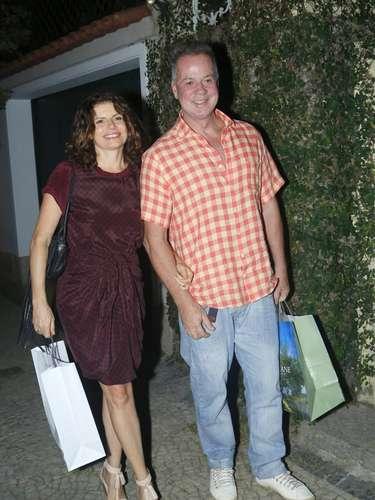 A atriz Deborah Bloch, 49, ao lado do ator Luis Fernando Guimarães, usa vestido na altura dos joelhos. Segundo consultoras de moda, com o passar dos anos, a barra desce
