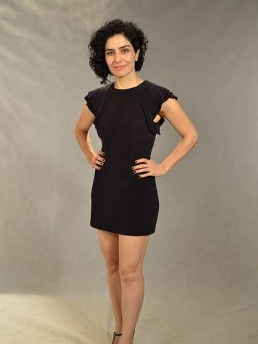 Leticia Sabatella, 41, mostra pernas torneadas em vestido preto. Segundo consultoras de imagem, mulher precisa estar segura do visual para mostrar mais pele com o passar dos anos