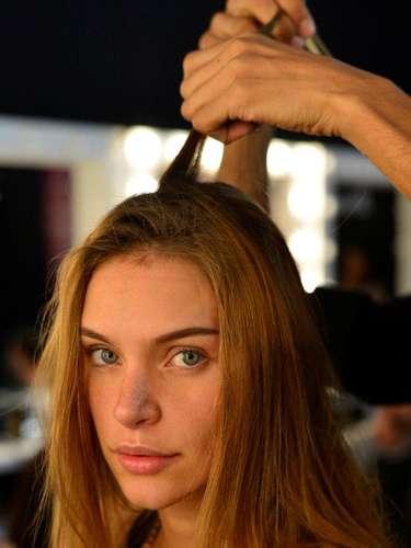Para fazer a trança, cabeleireiros desfiaram algumas mechas perto da raiz para dar volume à trança embutida