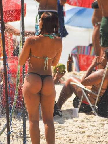 1º de maio Garota se molha em chuveiro na beira da praia de Copacabana. A previsão é de que as temperaturas cheguem a 29°C no Rio de Janeiro nesta quarta-feira