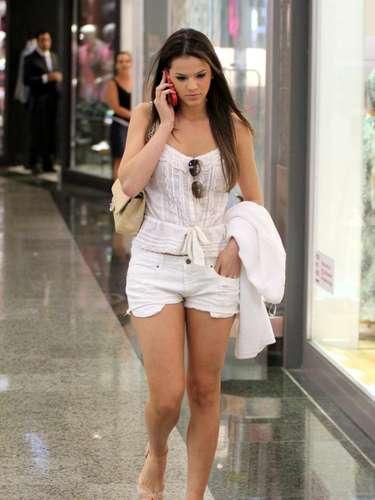 Na foto tirada em outubro de 2012, Bruna aparece com short curtinho, regata e sandálias em um shopping. \