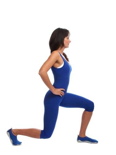 Substitua por: agachamentos Utilize todos os músculos das suas pernas com agachamentos variados. Aproveite a variedade e desenvolva o tipo de força que você vai usar ao subir as escadas ou carregar uma carga pesada\