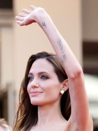 Entre suas tatuagens Angelina Jolie possui um pequeno pássaro desenhado no pulso