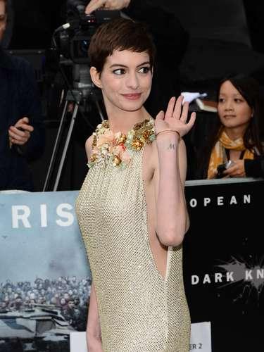 Anne Hathaway possui a letra M tatuada no pulso