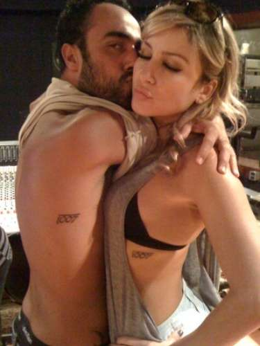 A cantora também tem uma mini tattoo na lateral do corpo