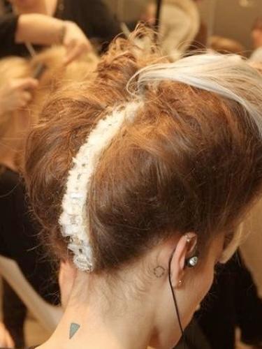No pescoçoFreja Beha traz um triângilo e uma outra mini tattoo atrás da orelha