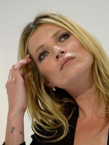 Kate Moss traz uma âncora e um pequeno coração no braço