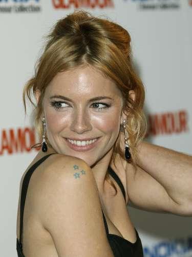 Sienna Miller possui três estrelinhas no ombro