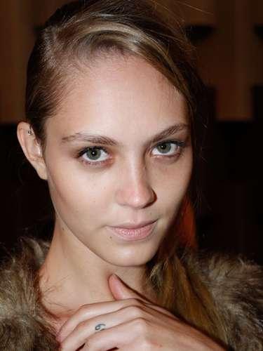 A modelo Stefania Ferreira possui o símbolo do signo de gêmeostatuado no dedo