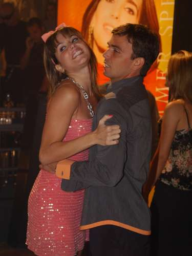 Deborah Secco e Marcelo Faria atuaram juntos na novela Celebridade, em 2003. O romance saiu da televisão e passou para a vida real. Com o fim da novela, em junho de 2004, o namoro não foi para frente e eles se separaram. A relação durou um ano