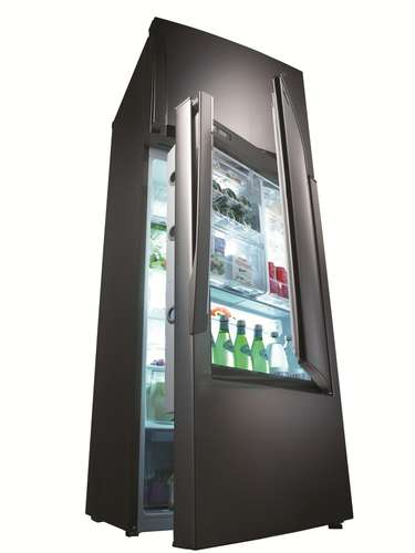 Refrigerador com fotossíntese O refrigerador Inspiration da LG é duplex com capacidade para 452 l. Sua porta Door-in-Door facilita o acesso aos alimentos evitando abrir a porta o tempo todo, reduzindo o gasto de energia. A gaveta VitaLight possui uma combinação de luz LED que simula o efeito da fotossíntese, induzindo os alimentos a permanecerem frescos por mais tempo. O refrigerador tem iluminação interna de LED e fabricador de gelo na portal sistema de refrigeração inteligente e compartimento Fresh o0 Zone, para conservação de carnes e frios. Preço sugerido: R$ 4.999. Informações: 4004-5400 (capitais e regiões metropolitanas) e 0800-707-5454 (demais localidades)