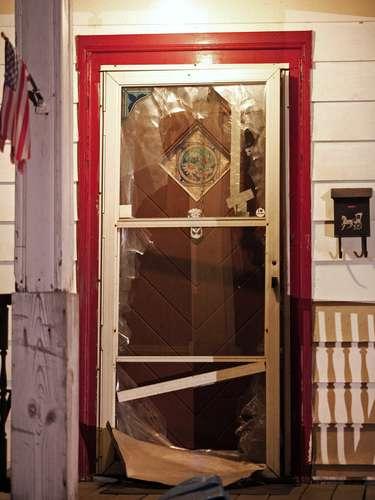 6 de maio -Imagem mostra a porta da casa que teria sidodanificada durante a fuga de Amanda Berry