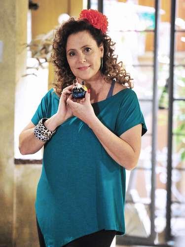 Márcia (Elizabeth Savalla)  Mãe de Valdirene, ela é ex-dançarina. Engraçada e despachada, Márcia vende cachorro-quente