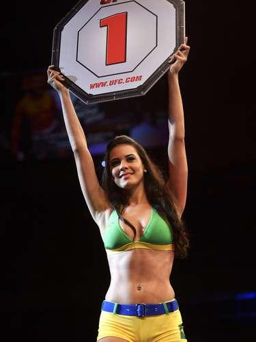 Ring girl exibiu beleza durante o sábado de lutas em Jaraguá do Sul