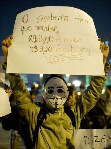 7 de junho - Alguns dos manifestantes usavam máscaras inspiradas em personagem da HQ 'V de Vingança'