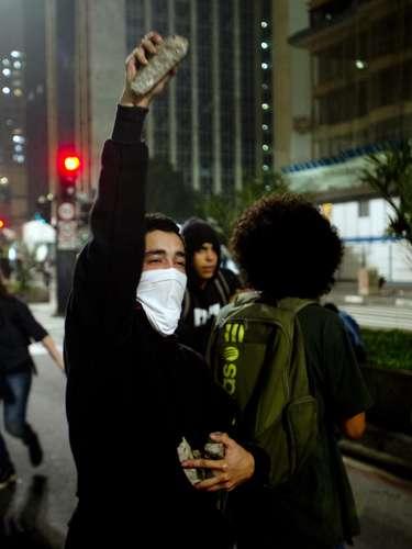 11 de junho-Manifestante segura pedra durante protesto contra o aumento da passagem, nesta terça-feira, em São Paulo