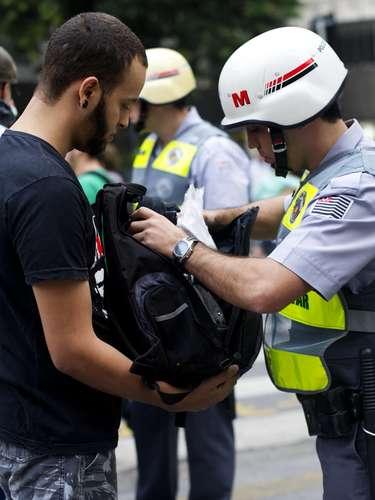 13 de junho - Fiscalização da PM foi rigorosa em mochilas e bolsas de manifestantes