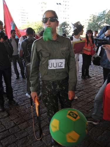 Entre os manifestantes, estavam integrantes do Movimento dos Sem Terra (MST) e de outros movimentos relacionados às questões de moradia
