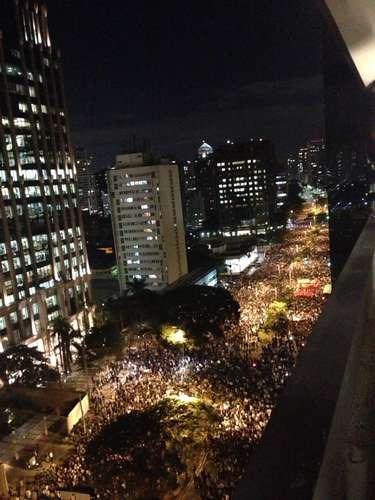 17 de junho - Multidão passa pela avenida Brigadeiro Faria Limapara protestar contra o aumento do preço da passagem de ônibus