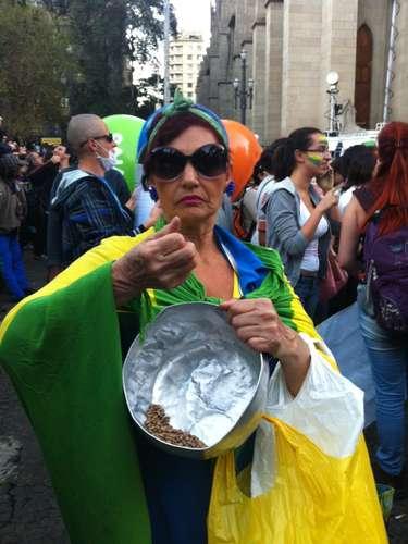 18 de junho - A vendedora Maria Aparecida Paes, 66 anos, resolveu ir às ruas principalmente em função do alto preço dos alimentos. \